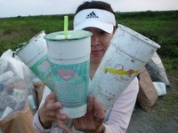 飲料杯、塑膠袋